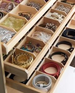 enrolla los cinturones y guárdalos ordenados en un cajón