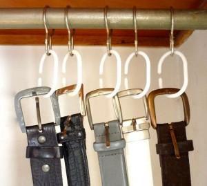 Utiliza unas anillas de cortina de ducha para colgar tus cinturones