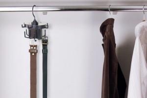 Utiliza perchas diseñadas para ordenar los cinturones
