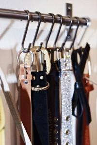 Utiliza unos ganchos para colgar los cinturones dentro del armario