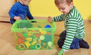 recogiendo juguetes