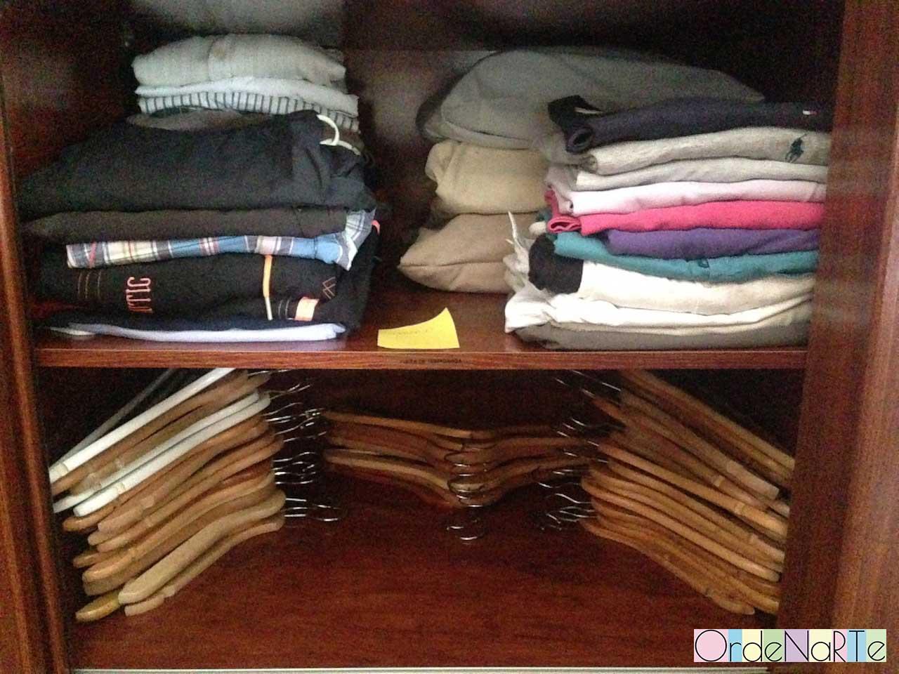 Ordenar el armario de una persona ordenada con mucho - Perchas ahorra espacio ...